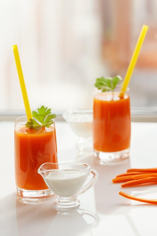 Deux verres de jus et de crème de carotte image stock