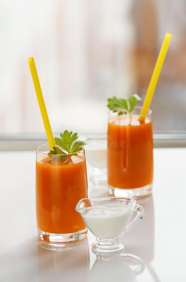 Deux verres de jus et de crème de carotte photo stock