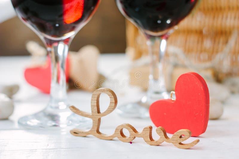 Deux verres de kola sur la célébration de Saint-Valentin images libres de droits