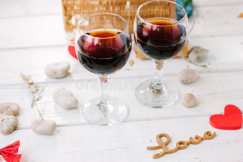 Deux verres de kola sur la célébration de Saint-Valentin photographie stock libre de droits