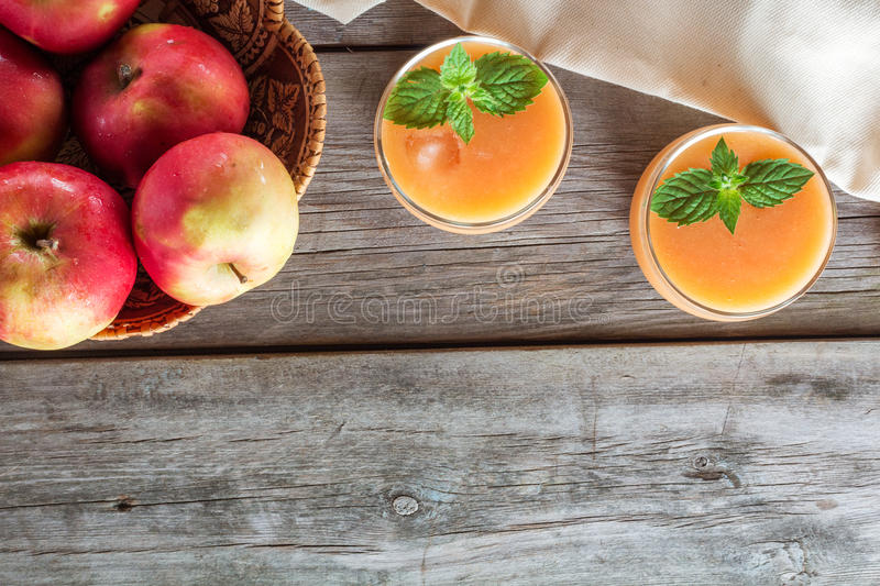 Deux verres de smoothies de fruit photo stock