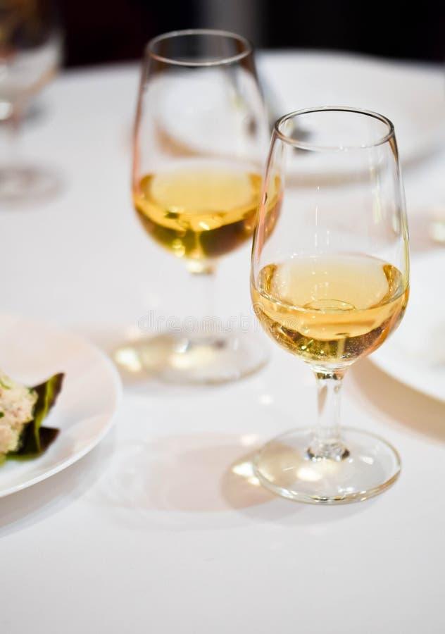 Deux verres de vin avec du vin orange de scintillement sur un tabl de restaurant images libres de droits