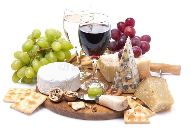 Deux verres de vin, de raisins, de fromage et de biscuits photos libres de droits