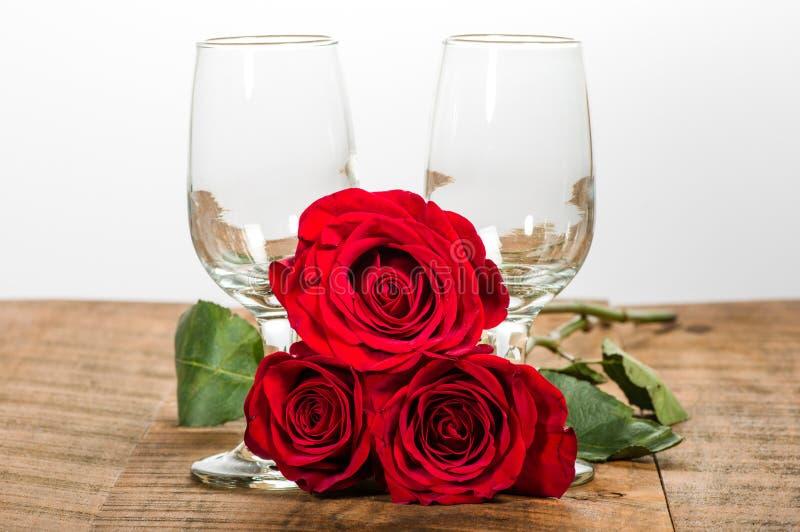 Deux verres de vin et roses rouges photographie stock