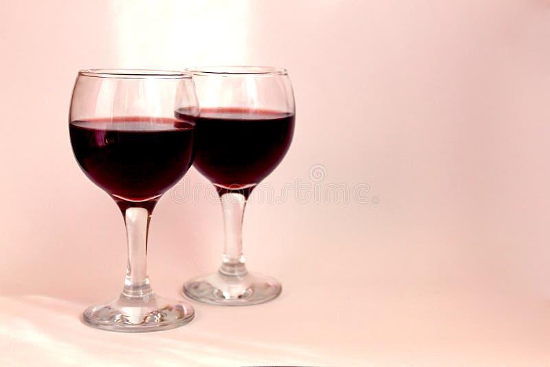 Deux verres de vin pendant une soirée romantique image libre de droits