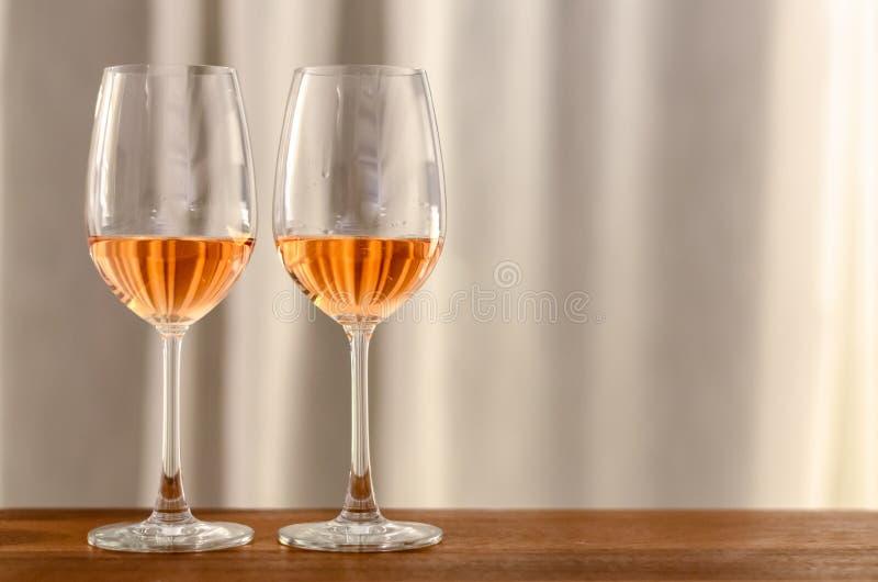 Deux verres de vin de Rose sur la table en bois ? c?l?brer pour un couple images stock