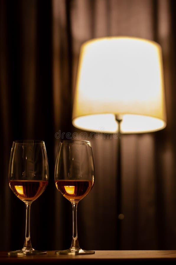 Deux verres de vin de Rose sur la table en bois ? c?l?brer pour un couple photo stock