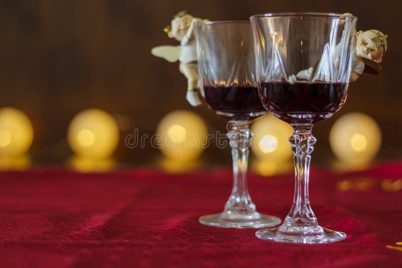 Deux verres de vin rouge avec la décoration de Noël image libre de droits