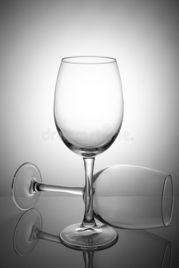 Deux verres de vin vides d'isolement sur le fond blanc photographie stock libre de droits