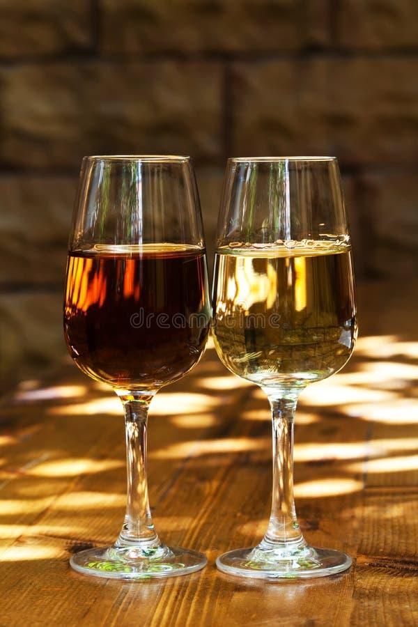 Deux verres de xérès sur une table en bois images libres de droits