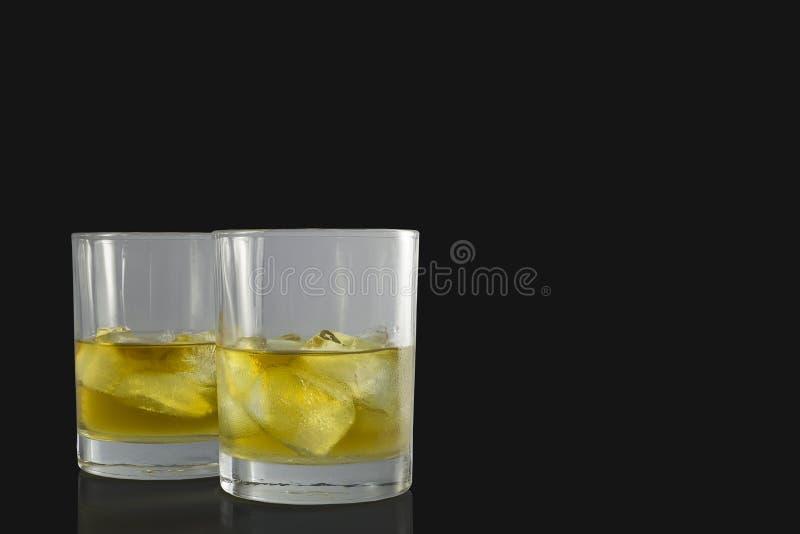 Deux verres ronds de vieux whisky écossais photos stock