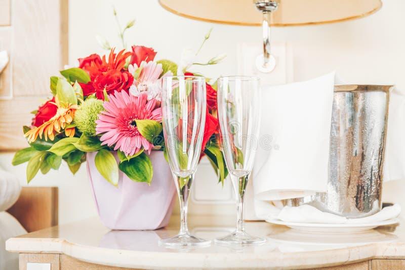 Deux verres vides pour le champagne dans la chambre d'hôtel classieuse Datin image stock