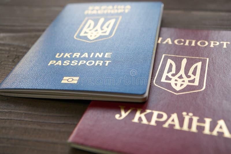 Deux versions de passeport ukrainien rouges et documents bleus photographie stock libre de droits