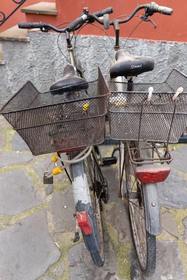 Deux vieilles bicyclettes inutilis?es pendant quelque temps dans Monterosso Ligurie Italie le 22 avril 2019 images stock