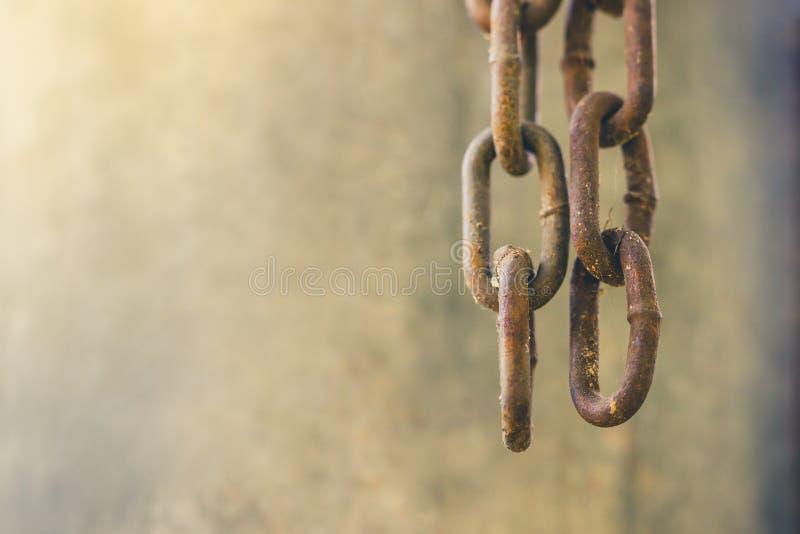 Deux vieilles chaînes rouillées pendaient vers le bas d'en haut photos stock