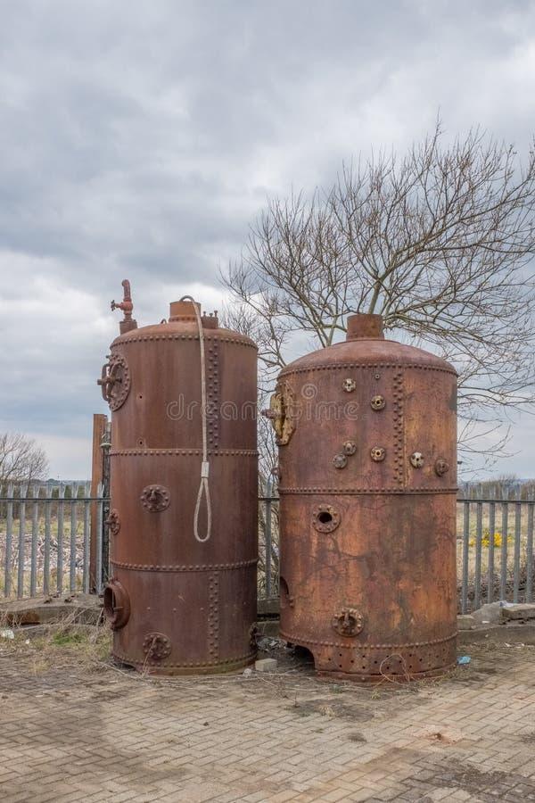 Deux vieilles chaudières se situant dans le port d'Irvine de son passé de Maratime photos stock