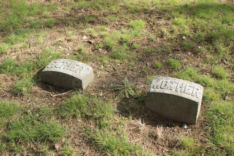 Deux vieilles pierres tombales avec la mère et le père sur eux images libres de droits