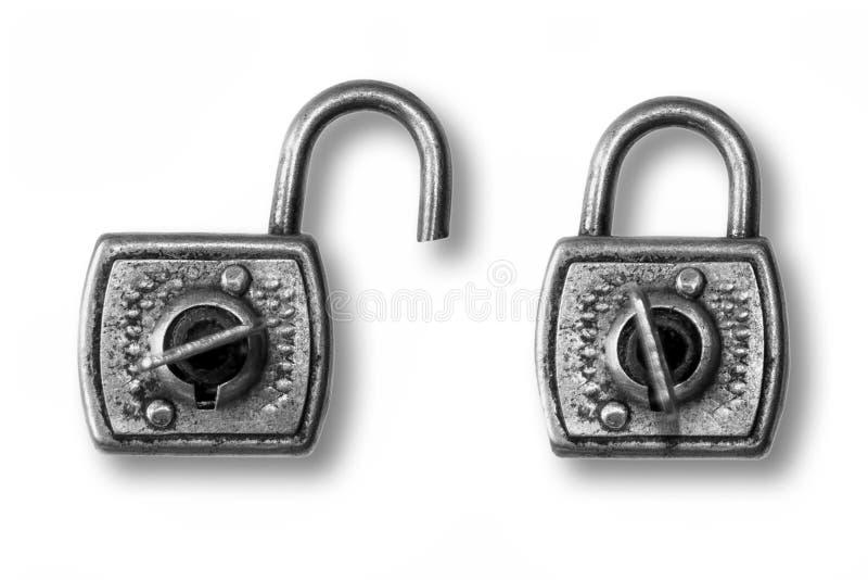 Deux vieux cadenas, ouvert et fermé image stock