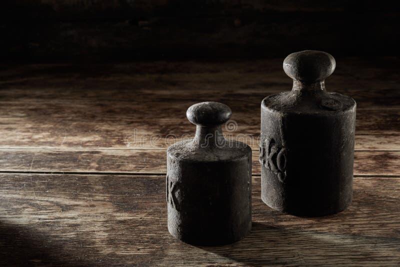 Deux vieux poids antiques de kilogramme en métal image libre de droits