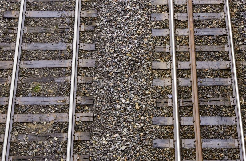 Deux voies de train fonctionnant côte à côte vu d'en haut, permutant photographie stock