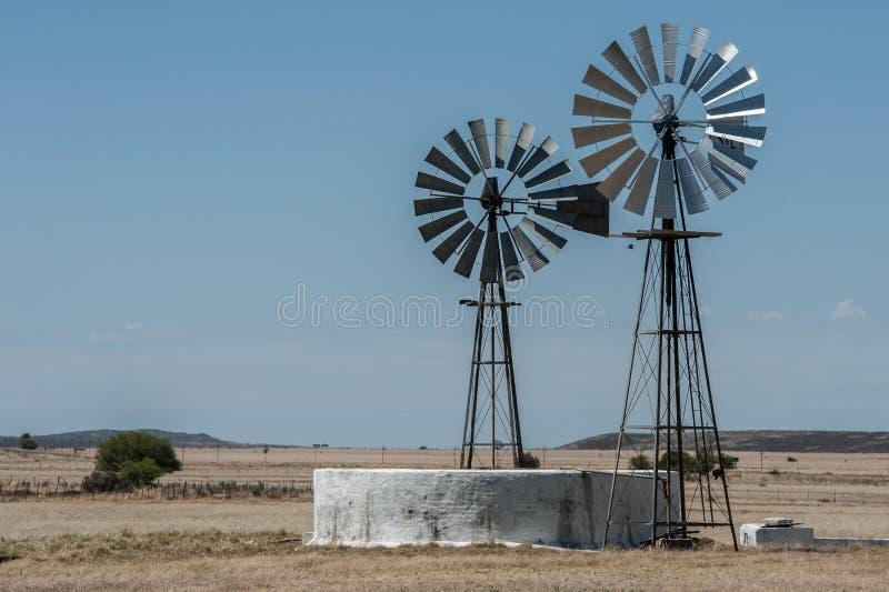 Deux windpumps et un barrage de ferme dans la région Afrique du Sud de Karoo images libres de droits