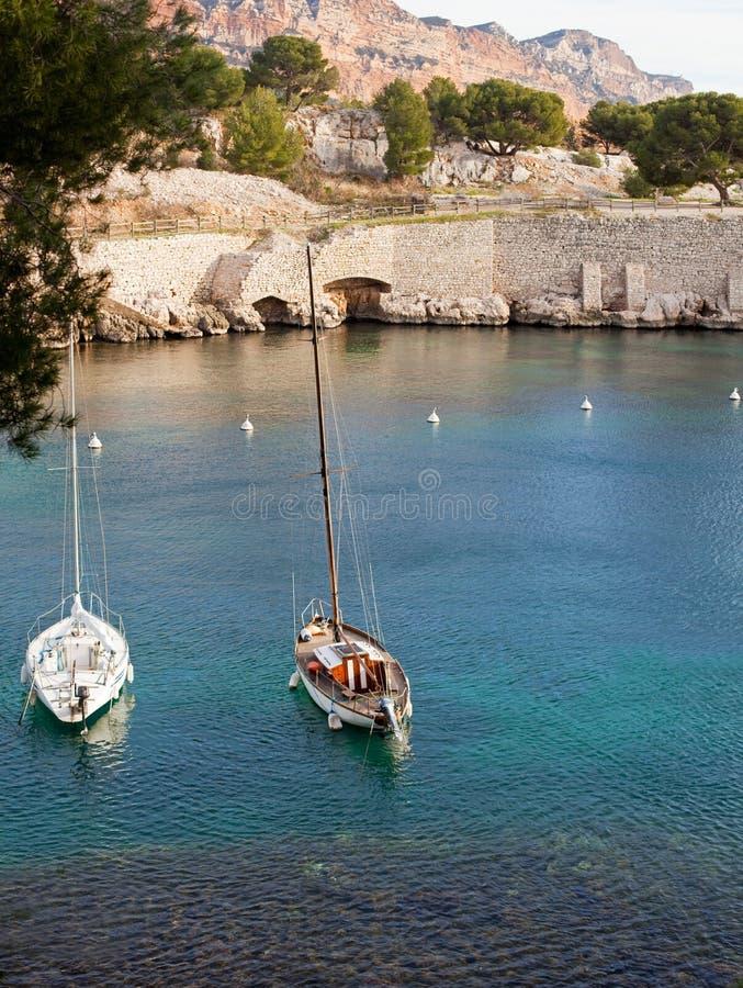 Deux yachts blancs sur un amarrage en mer dans la baie du cassis Ca image libre de droits