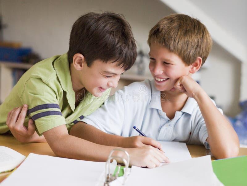 Deux Young Boys faisant leur travail ensemble photo stock