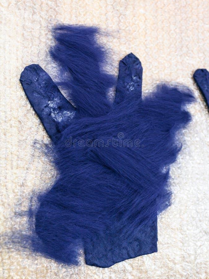 Deuxième couche de fibres sur le gant images stock