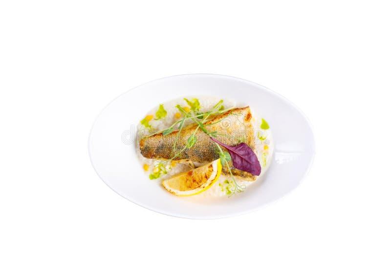 Deuxième cours appétissant des poissons Carpe frite Sur un fond blanc photographie stock
