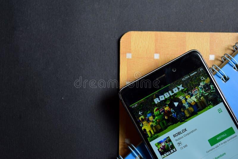 Dev app ROBLOX на экране Smartphone стоковое изображение rf