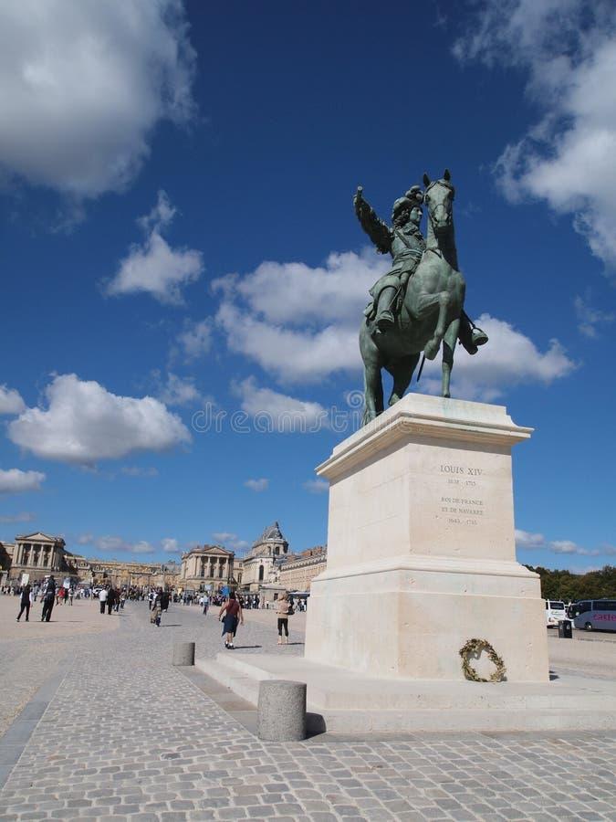 Devant la statue de Versailles et de Roi Louie XIV photographie stock