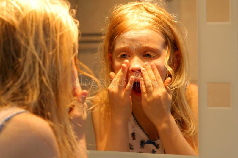 Download Devant le miroir photo stock. Image du lumière, verticale - 731398