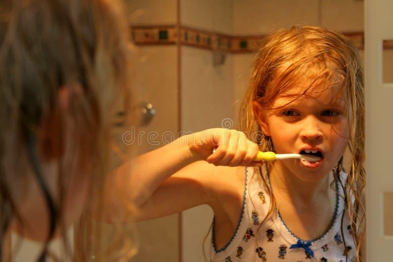 Download Devant le miroir photo stock. Image du beige, mignon, lumière - 731424