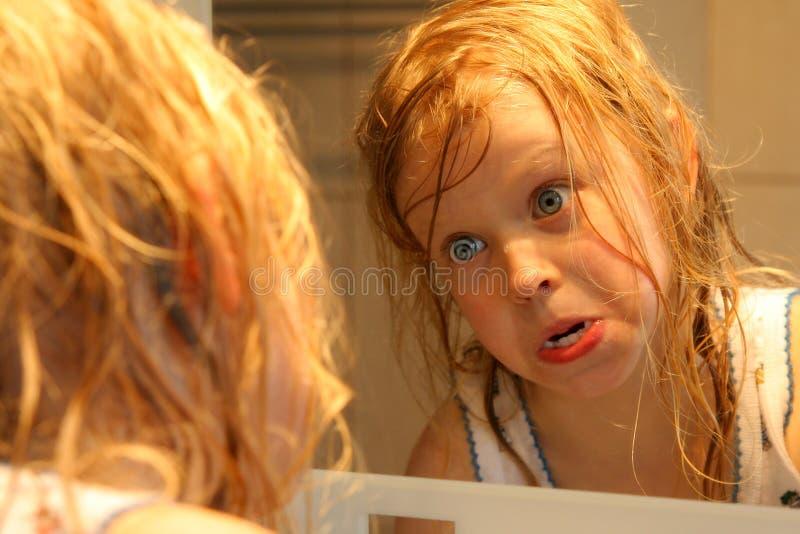 Download Devant le miroir image stock. Image du expression, enfant - 731459