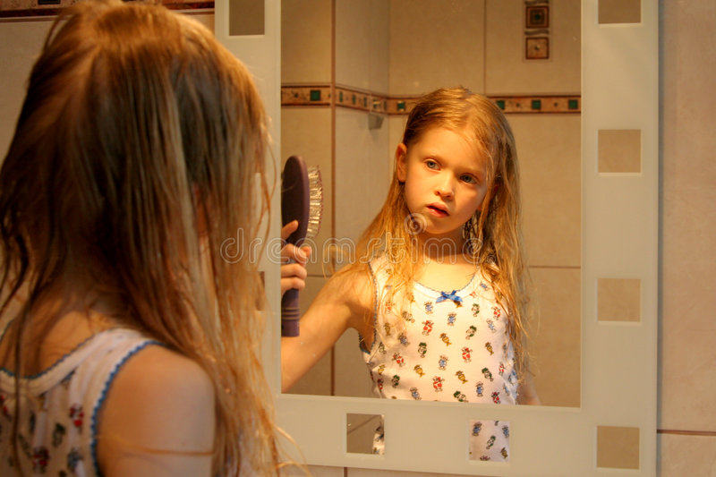 Download Devant le miroir photo stock. Image du infant, chéri, verticale - 731470