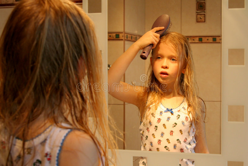 Download Devant le miroir photo stock. Image du journalier, bathroom - 731482
