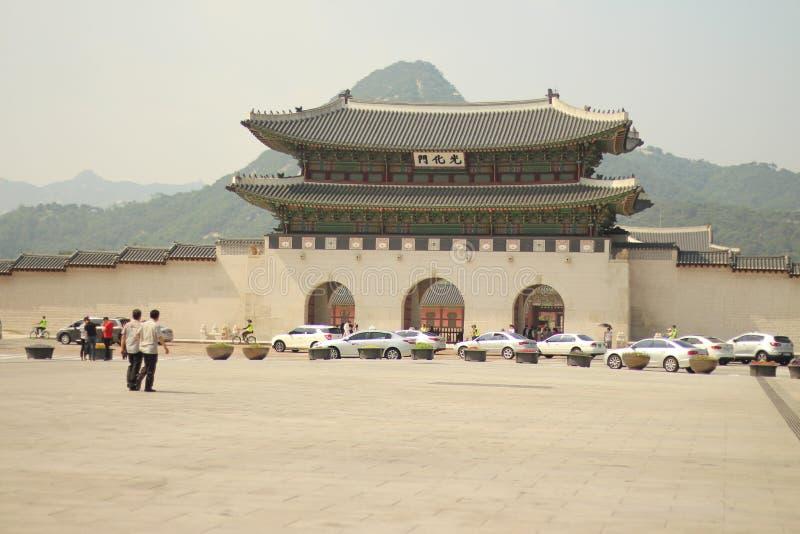 Devant le palais de Gyeongbokgung images libres de droits