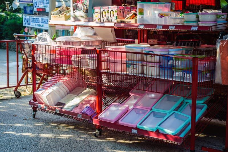 Devanture de magasin d'épicerie avec des poubelles de remise images stock