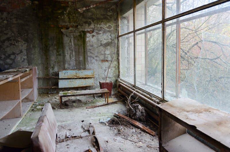 Devastación en el pasillo del hospital no 126, pueblo fantasma abandonado Pripyat en la zona de exclusión de Chernóbil, Ucrania foto de archivo libre de regalías