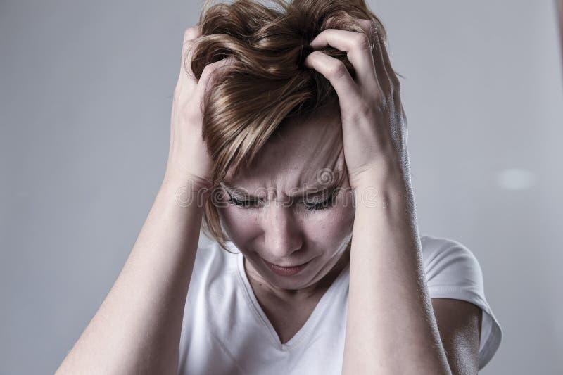Devastated presionó la depresión sufridora lastimada gritadora de la sensación triste de la mujer en la emoción de la tristeza foto de archivo libre de regalías