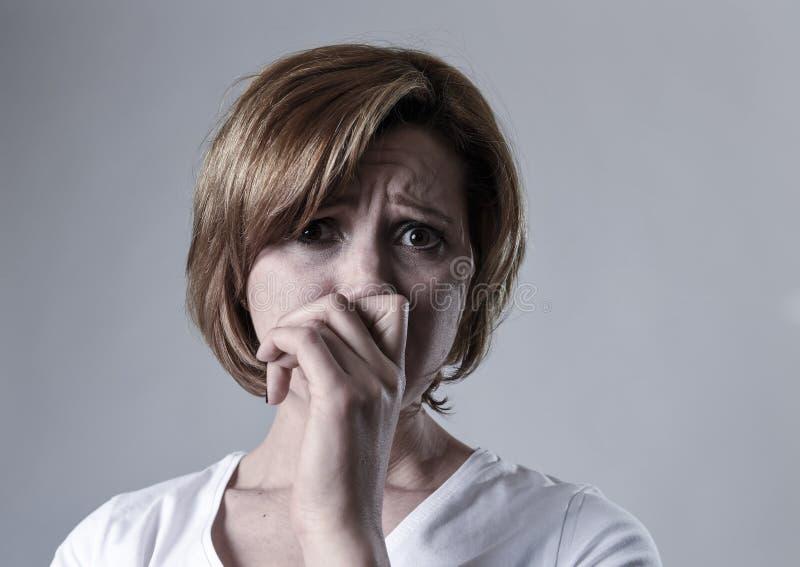 Devastated presionó la depresión sufridora lastimada gritadora de la sensación triste de la mujer en la emoción de la tristeza fotografía de archivo