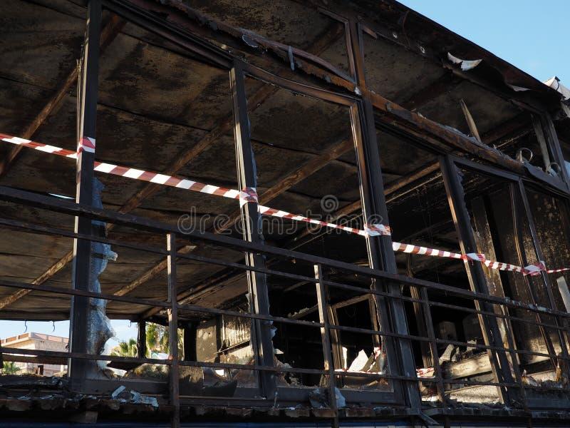 Devastazione dopo un fuoco in un luogo pubblico fotografia stock