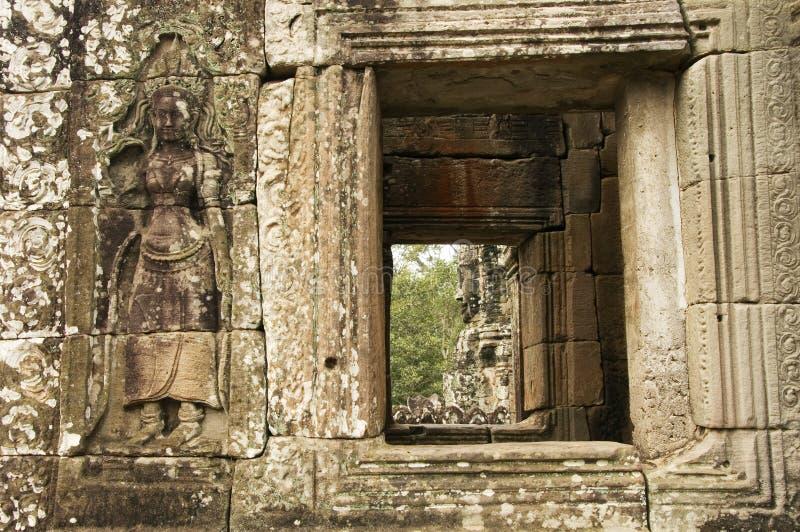 Devata och fönster, Bayon tempel, Angkor Wat, Cambodja royaltyfri foto
