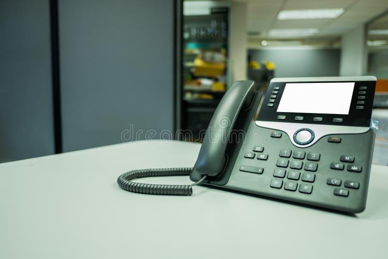 Deveice del teléfono del IP del primer en el escritorio de oficina imagen de archivo libre de regalías