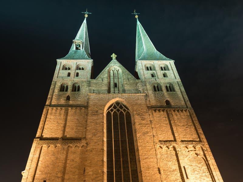 Deventer на ноче с Твин-Тауэрс Bergchurch стоковые фото