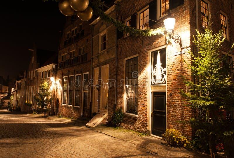 Deventer nachts in einer Dickens-Straße stockfotografie