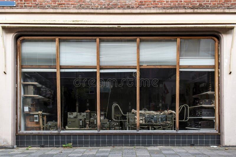 Deventer, Países Bajos - 4 de septiembre de 2017: Ventana de la tienda con el vint foto de archivo