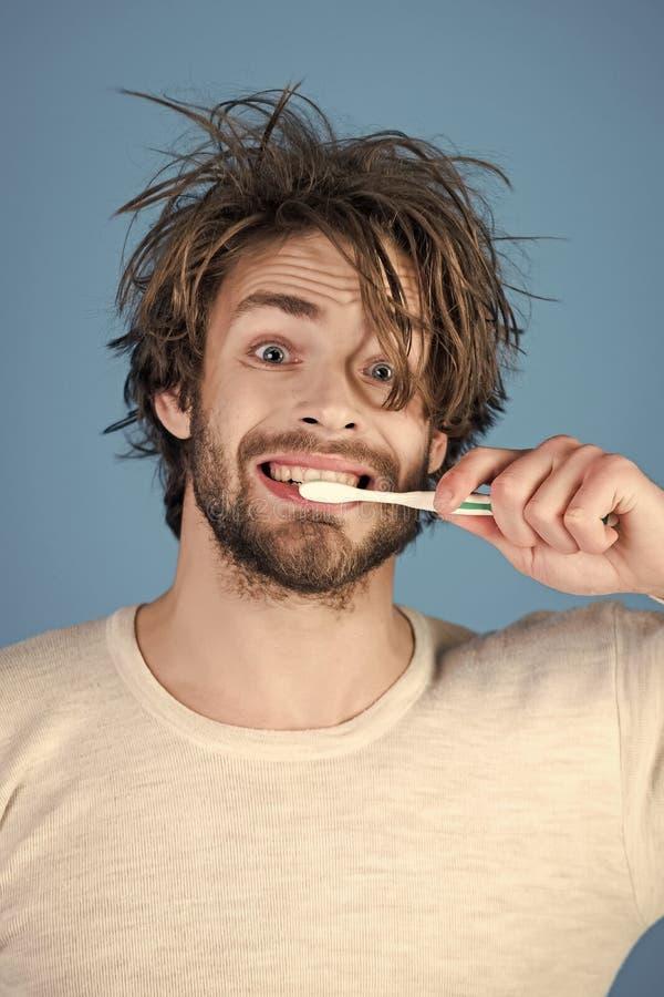Deveres da manhã Homem com cabelo bagunçado nos dentes da escova do roupa interior foto de stock