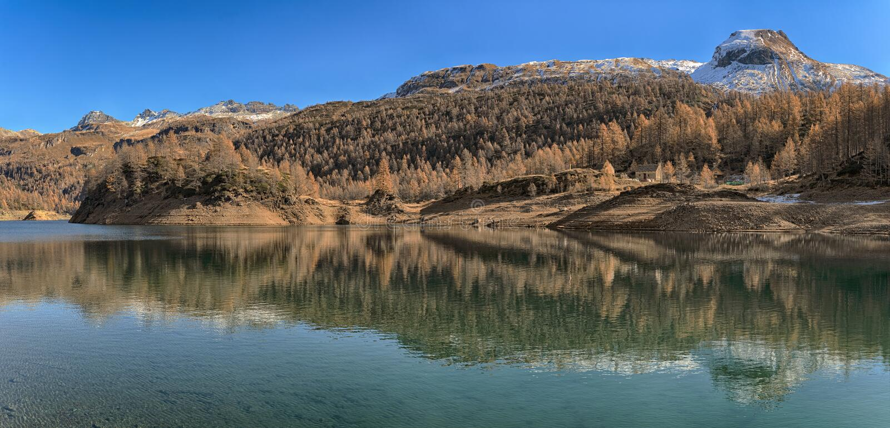 Devero湖在秋天季节的 库存照片