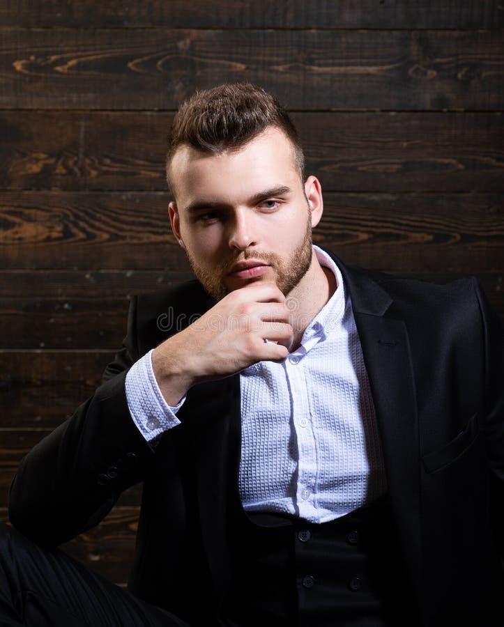 Devez traiter ce problème Homme dans la chemise classique de costume Affaires s?res Portrait de mod?le masculin s?rieux beau photo libre de droits